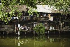 18 Bangkok-Thailand-januari: Rivieroeverkrottenwijken in Chao Phraya River op 18 Januari 2014 Bangkok Thailand royalty-vrije stock fotografie