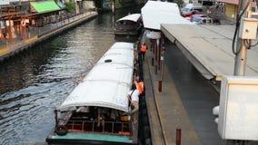 Bangkok Thailand - Januari 27, 2018: Saen Saep Khlong kanalfartyg i asia ankommer passagerare till och med vattenvägar av Bangkok lager videofilmer