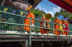 BANGKOK, THAILAND - Januari, 23, 2016: Thaise monniken in traditioneel stock afbeelding