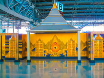 Bangkok Thailand - Januari, 31, 2010: Väggmålning av buddish tempelkonst på den Suvanaphumi flygplatsen Arkivbild