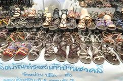 BANGKOK, THAILAND - 30 JANUARI 2017: Verkoop met de hand gemaakte schoenen bij teken Stock Foto's