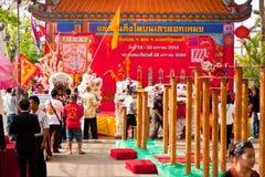 BANGKOK /THAILAND-JANUARY 20: liondansdressingen under ståtar i kinesiska berömmar för nytt år på Januari 20, 2013 Arkivbild