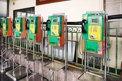 BANGKOK THAILAND - Juli 6, 2018: Bås för offentlig telefon på den huvudsakliga centrala järnvägsstationen arkivfoton