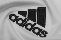 BANGKOK, THAILAND - 15. JULI: Das Logo von Adidas auf Fußball J Stockbild