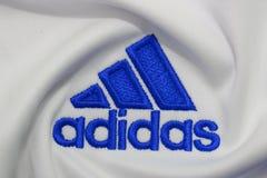 BANGKOK, THAILAND - 15. JULI: Das Logo von Adidas auf Fußball J Lizenzfreies Stockfoto