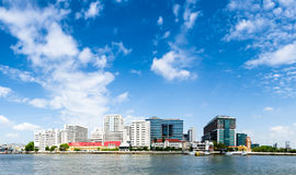 Bangkok, Thailand - Juli 28, 2014: De nieuwe bouw van het Ziekenhuis van Siriaj Piyamaharajkarun op de Chaopraya-rivierbank Royalty-vrije Stock Foto
