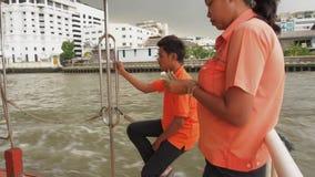 Bangkok, Thailand - Juli 10, 2018 De rivier van Phraya van Chao De Leider Counting Money van de rivierboot stock videobeelden