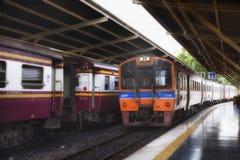 BANGKOK THAILAND - 9 JULI, 2017: De trein komt bij het Station Hua Lamphong van Bangkok in Thailand aan Stock Foto