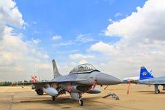 BANGKOK THAILAND - JULI 02: F-16 av den kungliga thailändska flygvapenshowfestivalen Royaltyfria Bilder