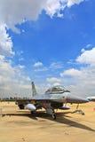 BANGKOK THAILAND - JULI 02: F-16 av den kungliga thailändska flygvapenshowfestivalen Royaltyfri Foto