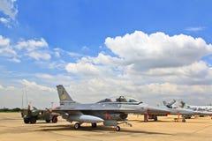 BANGKOK THAILAND - JULI 02: F-16 av den kungliga thailändska flygvapenshowfestivalen Royaltyfri Bild