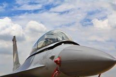 BANGKOK THAILAND - JULI 02: F-16 av den kungliga thailändska flygvapenshowfestivalen Arkivbilder