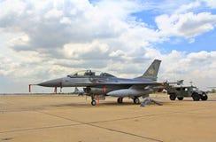 BANGKOK THAILAND - JULI 02: F-16 av den kungliga thailändska flygvapenshowfestivalen Fotografering för Bildbyråer