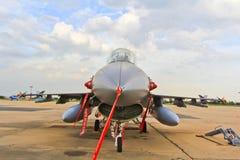 BANGKOK THAILAND - JULI 02: F-16 av den kungliga thailändska flygvapenshowfestivalen Royaltyfri Fotografi