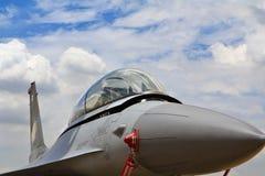 BANGKOK THAILAND - JULI 02: F-16 av den kungliga thailändska flygvapenshowfestivalen Arkivbild
