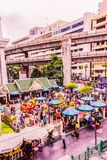 Bangkok Thailand - Juli 11, 2017: Folket betalar respekt till den Erawan relikskrin, Bangkok, Thailand Royaltyfri Bild