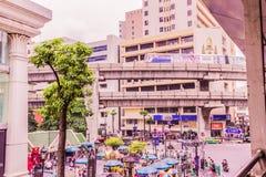 Bangkok Thailand - Juli 11, 2017: Folket betalar respekt till den Erawan relikskrin, Bangkok, Thailand Arkivfoton