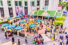 Bangkok Thailand - Juli 11, 2017: Folket betalar respekt till den Erawan relikskrin, Bangkok, Thailand Arkivbilder