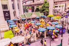 Bangkok Thailand - Juli 11, 2017: Folket betalar respekt till den Erawan relikskrin, Bangkok, Thailand Royaltyfri Fotografi