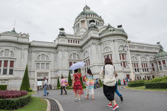 BANGKOK THAILAND - Juli 21, 2015: Folkmassa av turister i Ananten Royaltyfri Foto