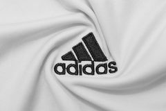 BANGKOK, THAILAND - JULI 15: Het Embleem van Adidas op Voetbal J Stock Afbeelding