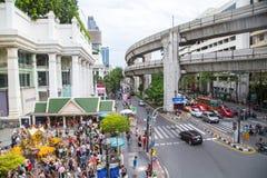 BANGKOK, THAILAND 6,2015 JULI: Het Erawanheiligdom, mensen komt aan r Stock Fotografie