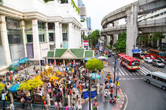 BANGKOK, THAILAND 6,2015 JULI: Het Erawanheiligdom, mensen komt aan Re Royalty-vrije Stock Afbeeldingen