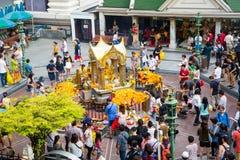 BANGKOK, THAILAND 6,2015 JULI: Het Erawanheiligdom, mensen komt aan Re Royalty-vrije Stock Fotografie