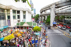 BANGKOK, THAILAND 6,2015 JULI: Het Erawanheiligdom, mensen komt aan Re Stock Foto's