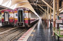 BANGKOK, THAILAND - 6. Juli 2018: Leere Blockwagen des Zugparkens bei Hua Lam Phong Station für das Säubern und Wartung Lizenzfreie Stockfotos