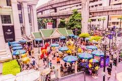 Bangkok, Thailand - 11. Juli 2017: Leute zahlen Respekt zum Erawan-Schrein, Bangkok, Thailand lizenzfreie stockfotografie
