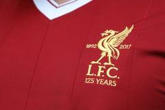 BANGKOK THAILAND - JULI 12: Logoen av den Liverpool fotbollklubban Royaltyfria Foton