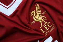 BANGKOK THAILAND - JULI 12: Logoen av den Liverpool fotbollklubban Royaltyfria Bilder