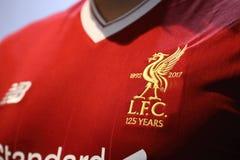 BANGKOK THAILAND - JULI 12: Logoen av den Liverpool fotbollklubban Arkivfoton
