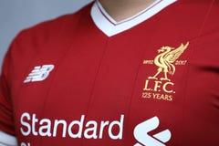 BANGKOK THAILAND - JULI 12: Logoen av den Liverpool fotbollklubban Royaltyfri Bild