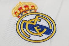 BANGKOK THAILAND - JULI 12: Logoen av Real Madrid på Footb Royaltyfria Bilder