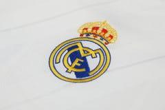 BANGKOK THAILAND - JULI 12: Logoen av Real Madrid på Footb Royaltyfri Bild