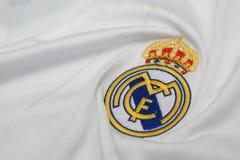 BANGKOK THAILAND - JULI 12: Logoen av Real Madrid på Footb Royaltyfri Fotografi