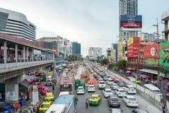 Bangkok Thailand - Juli 22 2016: Många biltrafikstockning som trängas ihop under rusningstid i ladpraoväg arkivbilder