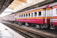 BANGKOK, THAILAND - 6. Juli 2018: Rote Blockwagen des thailändischen Weinlesezugs, die am Haupthauptbahnhof mit der leeren Eisenb Stockbild