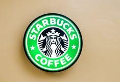 Bangkok, 11 Thailand-Juli: Starbuckembleem bij muur op 11 Juli 2014 bij de Cirkel Rajapruek, Bangkok, Thailand Stock Afbeeldingen