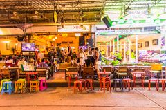 Bangkok, Thailand - 9. Juli 2017: Straßennachtmarkt bei Soi Ram stockfotos