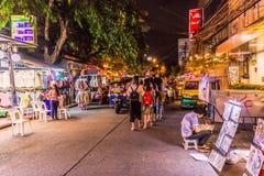 Bangkok, Thailand - 9. Juli 2017: Straßennachtmarkt bei Soi Ram Butri nahe Straßenbereich Khao Sarn stockfoto
