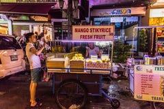 Bangkok, Thailand - 9. Juli 2017: Straßennachtmarkt bei Soi Ram Butri nahe Straßenbereich Khao Sarn stockfotografie