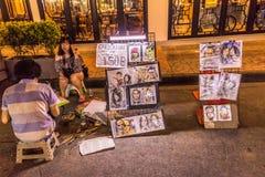 Bangkok, Thailand - 9. Juli 2017: Straßennachtmarkt bei Soi Ram Butri nahe Straßenbereich Khao Sarn stockfotos