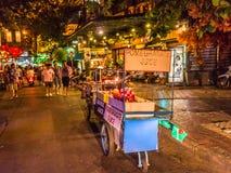 Bangkok, Thailand - 9. Juli 2017: Straßennachtmarkt bei Soi Ram Butri nahe Straßenbereich Khao Sarn lizenzfreie stockbilder