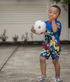 BANGKOK THAILAND - Juli 20, 2015: Thailändsk pojke i den Ben 10 skjortan fr royaltyfria foton