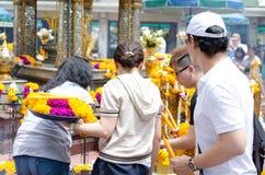 BANGKOK THAILAND -20 JULI 2014: Unknow folk runt om Brahma, Royaltyfri Fotografi