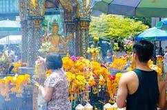 BANGKOK THAILAND -20 JULI 2014: Unknow folk runt om Brahma, Arkivbilder