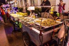 Bangkok, Thailand - 9. Juli 2017: Verschiedener gebratener Insektenverkauf stockbilder
